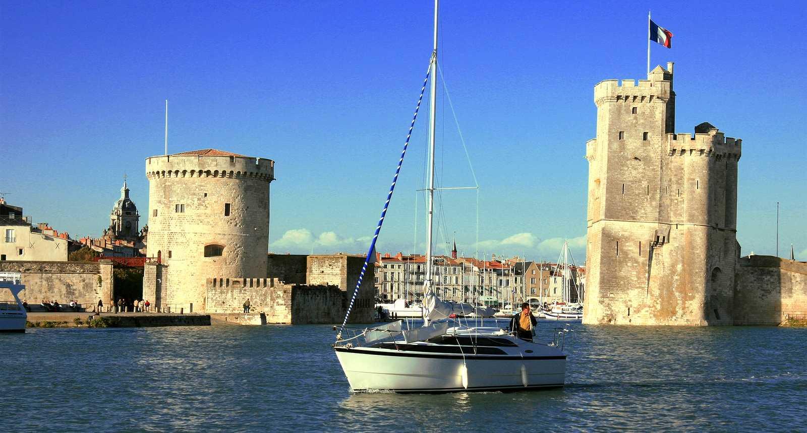 1_la-rochelle-bateau-devant-le-vieux-port