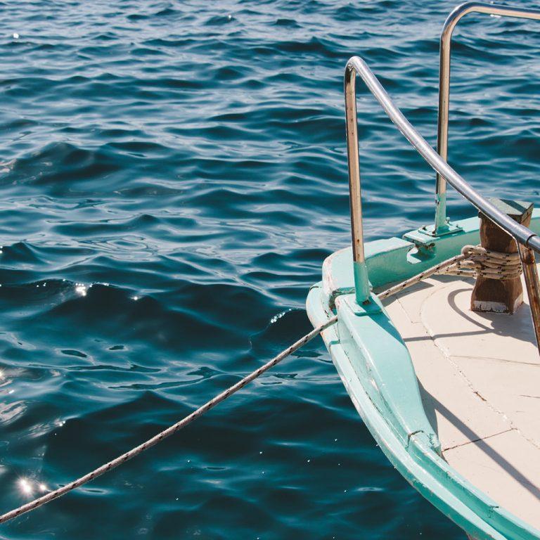 Un bateau au mouillage