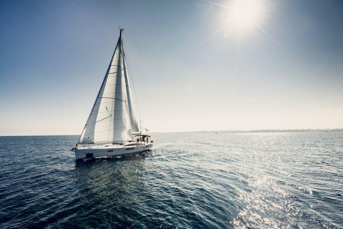 Voilier en navigation pour un tour du monde sous un grand soleil