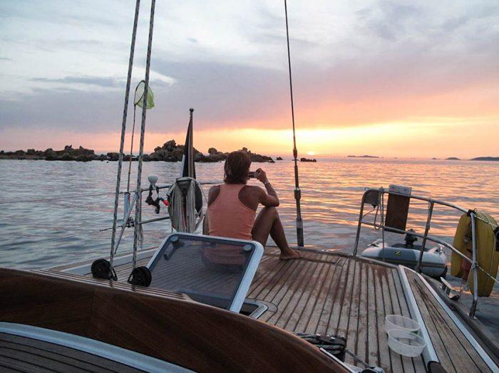 voyage-sur-un-voilier-coucher-de-soleil