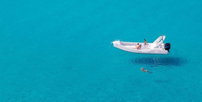 Un bateau sur une eau turquoise