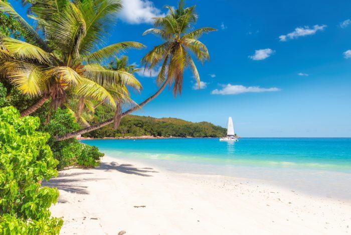 photo d'un voilier sur les côte de la guadeloupe