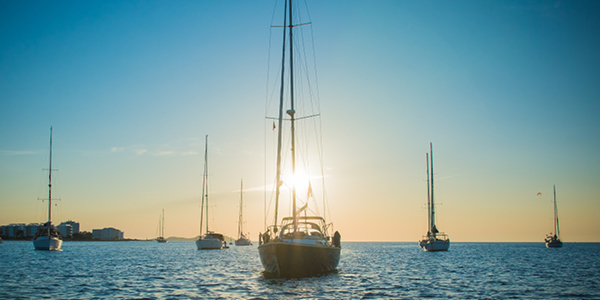 Photos de voiliers naviguant devant le port d'Ibiza.
