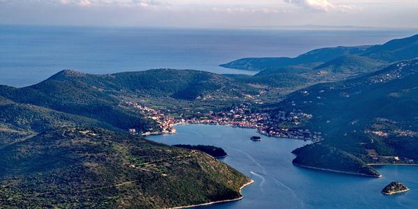 Photo du port de la ville de Vathy, sur l'île d'Ithaque.