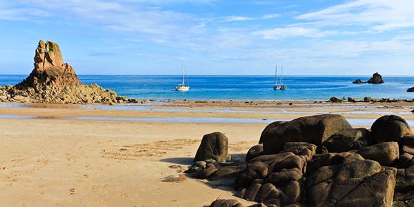 Des voiliers naviguant le long de l'île Jersey