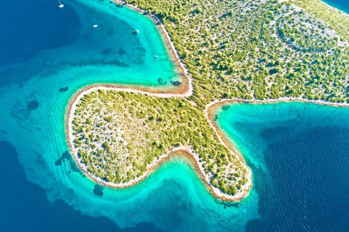 Parc national de l'archipel des îles Kornati - vue aérienne du littoral turquoise, région de Dalmatie en Croatie