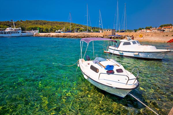 Côte de Prvic Luka avec des bateaux amarrés