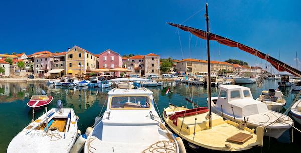 Photo de la marina de Sali avec des bateaux à quai.