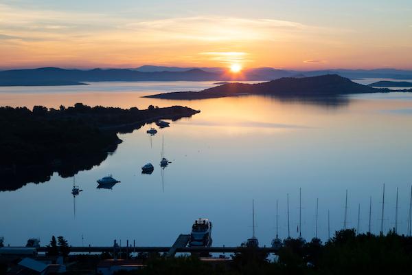 Photo de la baie de Zuc en Croatie avec quelques bateaux amarrés