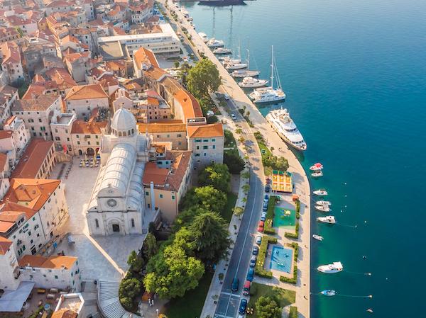Photo aérienne de la ville de Sibenik en Croatie avec des bateaux accostés
