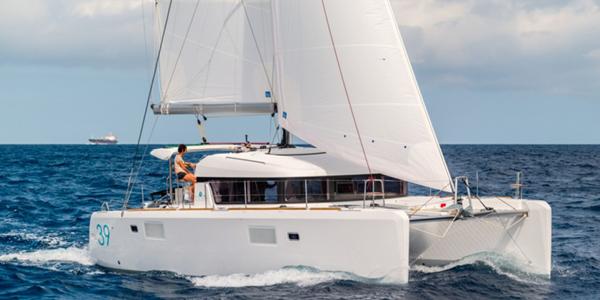 Un catamaran Lagoon 39 naviguant sur l'eau