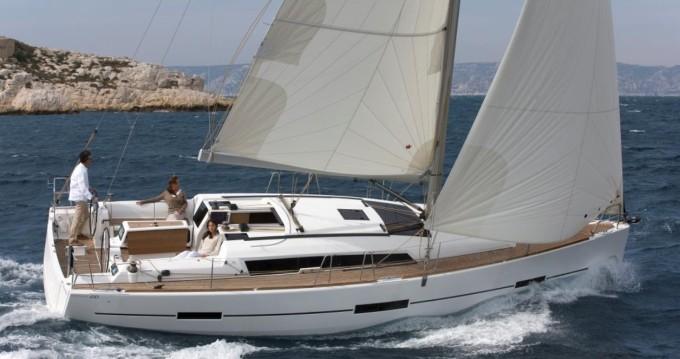 Un voilier Dufour 410 GL naviguant sur l'eau