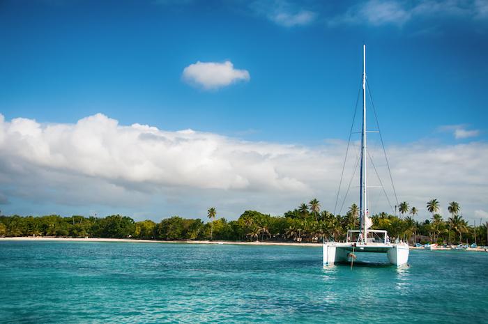 catamaran devant une île paradisiaque
