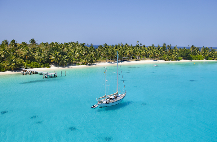 vue aérienne d'une voilier sur une eau bleue dans les caraïbes