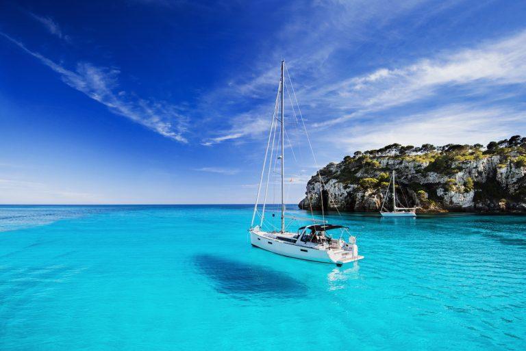Un voilier naviguant sur une eau translucide