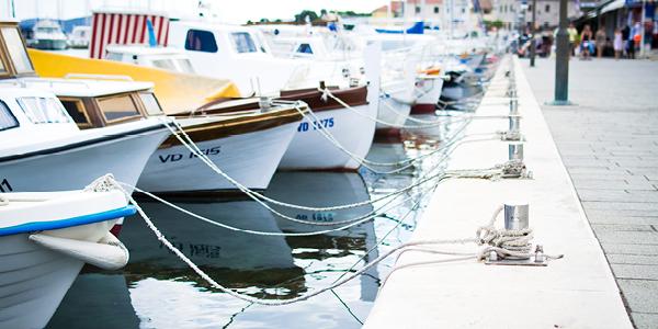 Des bateaux accostés