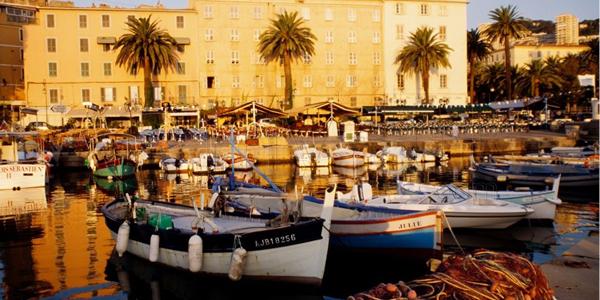 La ville d'Ajaccio avec des bateaux amarrés