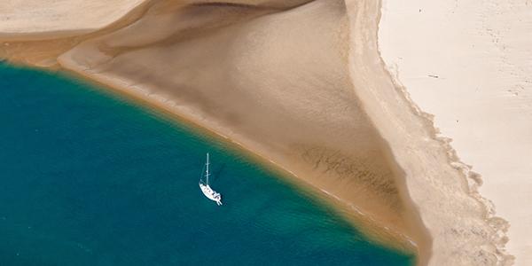Un voilier naviguant le long du banc d'Arguin