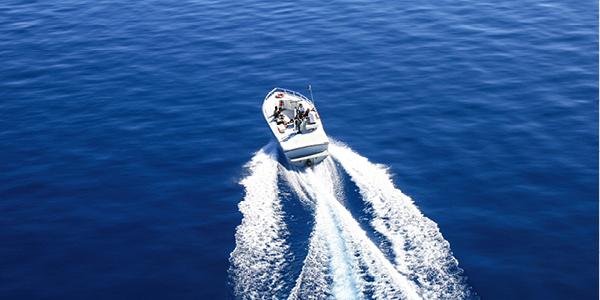 Un bateau à moteur naviguant sur l'eau.