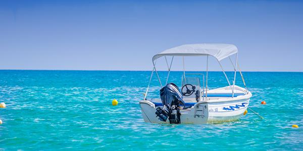 Un bateau à moteur sur l'eau turquoise.