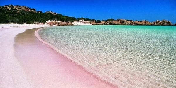 La plage de Budelli au sable rose et son eau turquoise, en Sardaigne