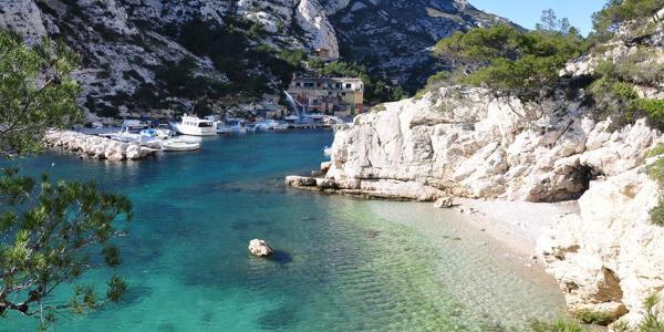 La calanque de Morgiou et ses eaux cristallines où navigue un bateau.