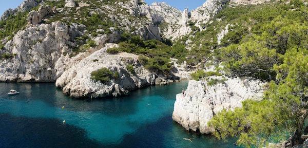 La calanque de Sugiton avec ses eaux turquoises et ses falaises.