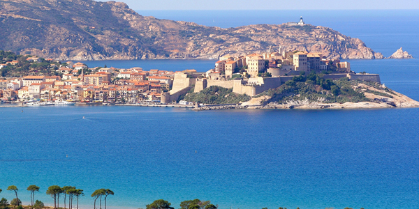 La ville de Calvi entourée par la mer d'un bleu éclatant.