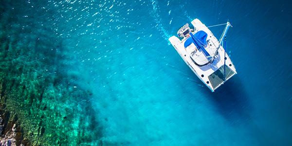 Un bateau naviguant sur une eau turquoise