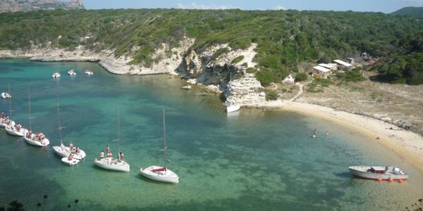 La crique de Fazzio au sud de la Corse où naviguent des bateaux