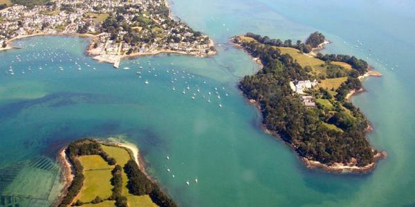 Des bateaux naviguant sur le Golfe du Morbihan