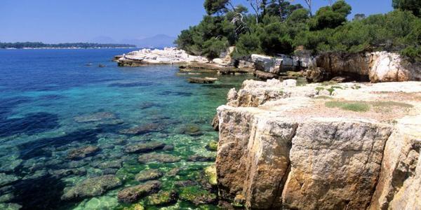 Les eaux turquoises des îles de Lérins près de Cannes dans le sud de la France