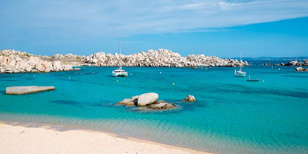 L'eau turquoise des îles Lavezzi où naviguent deux bateaux