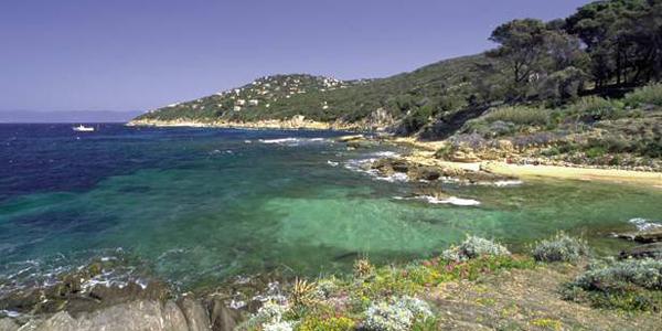 L'eau cristalline de l'île du Levant, incontournable à Hyères