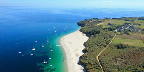 Les nuances de bleu de la plage des Grands Sables où naviguent de nombreux bateaux