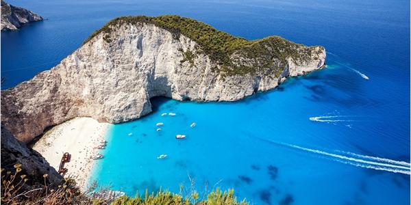 Les eaux turquoises de la plage de Navagio, à Zakinthos en Grèce