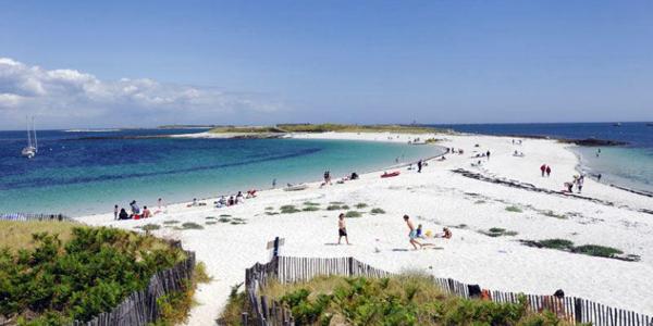 La plage de sable blanc de Saint-Nicolas