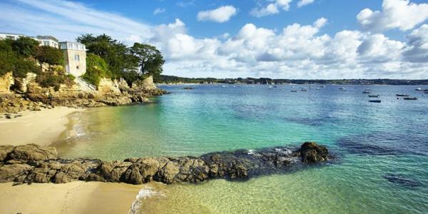 L'eau cristalline de la plage des Trois-Curés