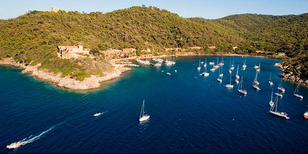 Des bateaux naviguant sur l'île de Port-Cros, Hyères