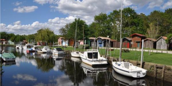 Des bateaux amarrés au port de Biganos