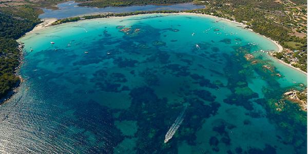 Les plages d'eaux turquoises de Porto-Vecchio où navigue un bateau