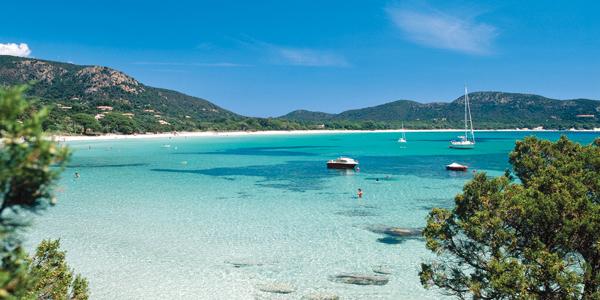 Propriano et ses plages bleues turquoises, où naviguent des bateaux