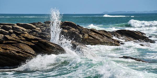 L'eau de la mer frappant les rochers de la Côte Sauvage