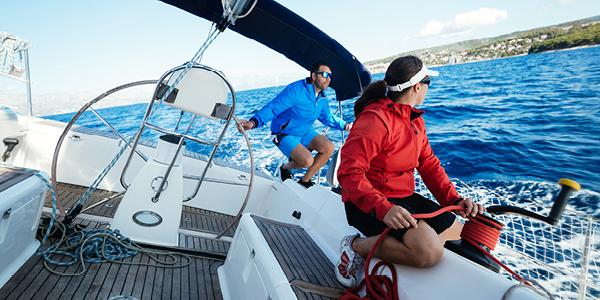 Skippers sur un voilier en navigation