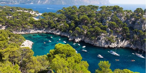 La calanque de Port-Pin à Marseille où naviguent des bateaux