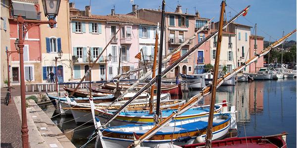 Les bâtiments colorés et les bateaux amarrés au Miroir au Oiseaux de Martigues