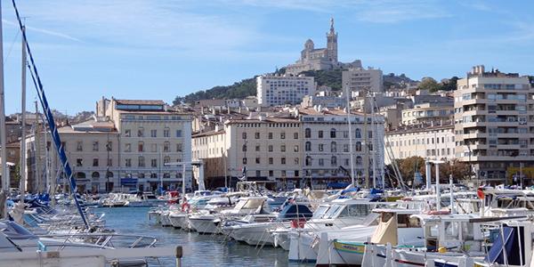 Le Vieux-Port de Marseille où sont amarrés de nombreux bateaux