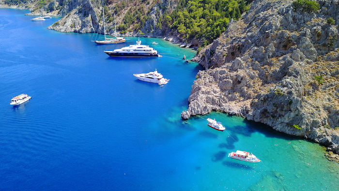 photo aérienne de plusieurs yachts aux mouillages à côté d'un côte italienne