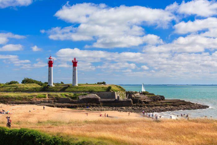 Photo de l'île d'Aix en Charente-Maritime avec vue sur ses phares et de nombreux visiteurs