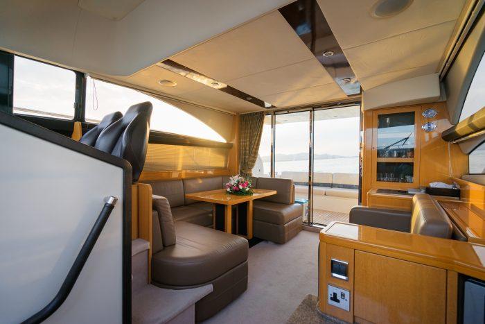 Intérieur d'une cabine du yacht à moteur moderne. Parfait exemple de photo pour annnonce